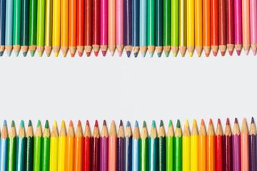 Lápices de colores franja horizontal en fondo aislado blanco