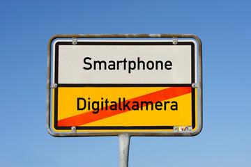 Schild Smartphone ersetzt  Digitalkamera © Matthias Buehner