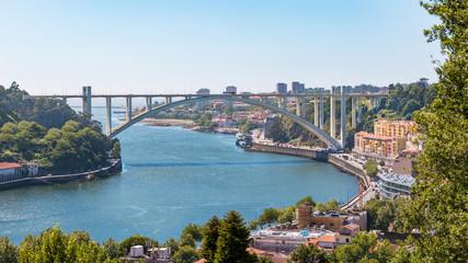 Porto vue sur le Douro et le pont Ponte d'Arrábida Arrábida