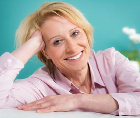 glückliche ältere blonde frau