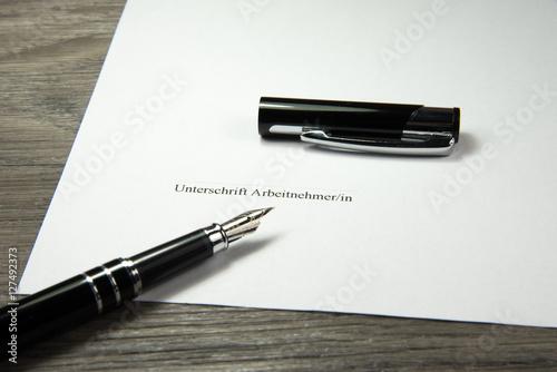 Eine Unterschrift Auf Einem Arbeitsvertrag Stockfotos Und