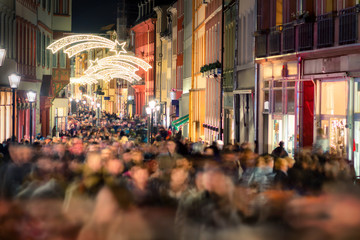 Shopping Gedränge in einer Einkaufsstraße, Fußgängerzone Heidelberg vor Weihnachten