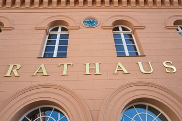 Schriftzug am Rathaus einer deutschen Stadt