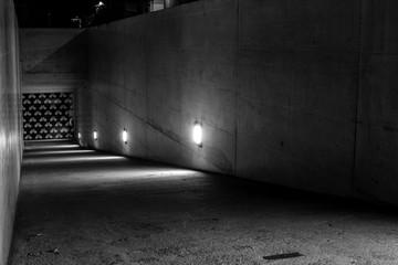 Beleuchtete Abfahrt zu einer Fahrradgarage ( schwarzweiss )