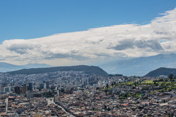 Blick von einem Hügel auf die Stadtmitte von Quito; View from a hill to the center of Quito
