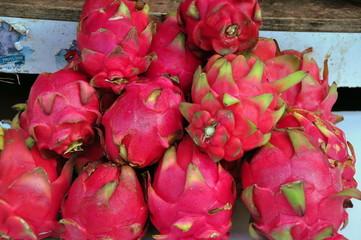 Exotische pinkfarbene Drachenfrucht auf dem Markt