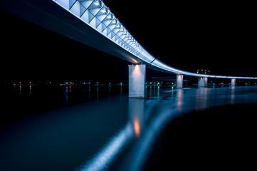 近未来的な橋