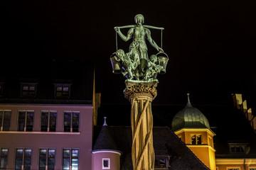 Rau-Brunnen auf dem Kartoffelmarkt in der Altstadt in Freiburg im Breisgau bei Nacht