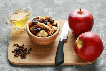 How to make christmas apples stuffed with dried fruits in honey.