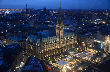 Weihnachtszeit in Hamburg - Mit großem Weihnachtsmarkt auf dem Rathausplatz