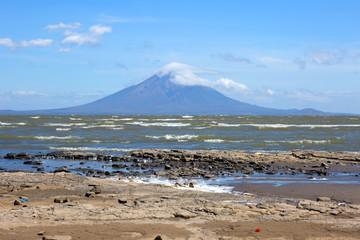 Никарагуа. Вулкан Момбако - оз.Никарагуа.