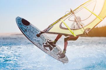 Windsurfer/Surfer springt