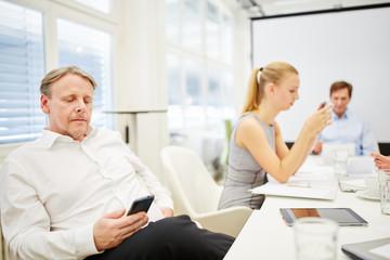 Geschäftsmann als Berater mit Smartphone