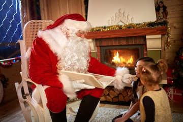 Real Santa Claus talking with children