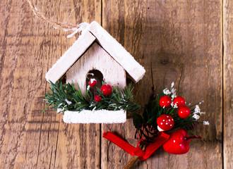 Casetta di Natale su sfondo di legno