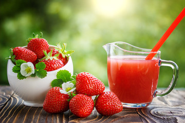 Fototapete - strawberry in bowl and juice