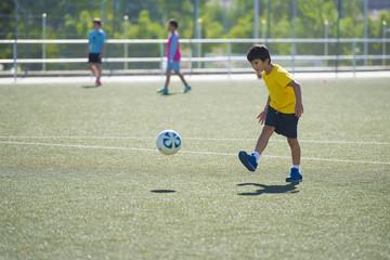 Niño en un entrenamiento de fútbol 7, deportes de equipo para actividades extraescolares