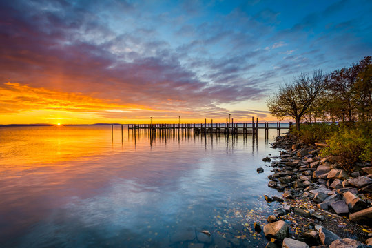 Sunrise over dock and the Chesapeake Bay, in Havre de Grace, Mar