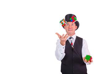 Zauberer jongliert