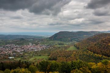 Dorf und Herbstlandschaft