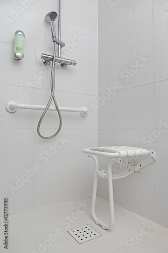 salle de bain douche quip e pour personnes handicap es photo libre de droits sur la banque d. Black Bedroom Furniture Sets. Home Design Ideas