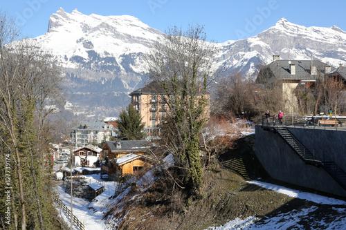 Centre ville de saint gervais les bains en hiver stock for Piscine st gervais