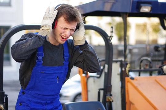 Sicherheit auf der Baustelle, Helm, Gehörschutz, Handschuhe
