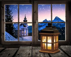 Laterne vor einem Fenster am Weihnachtsabend
