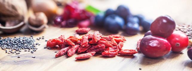 Superfood gesundes Frühstück / gesunde Mahlzeit aus Beeren, Nüssen und Cerialien