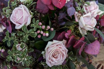 fiori d'autunno in mazzo con rose