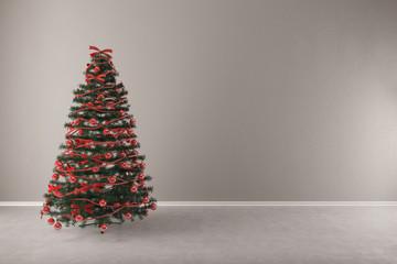 Tannenbaum zu Weihnachten vor Wand