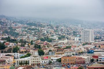 Blick über die farbenfrohen Häuser von Valparaiso, Chile