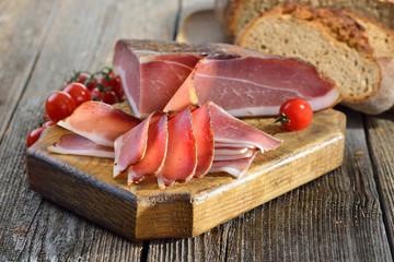 Südtiroler Speckjause mit frischem Steinofenbrot und Tomaten - South Tyrolean bacon with fresh stone oven baked bread and tomatoes