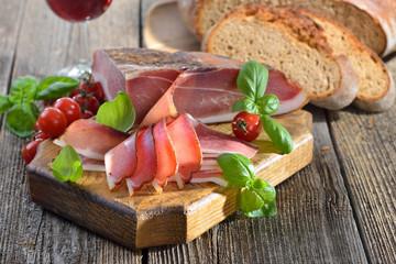 Südtiroler Speck mit frischem Steinofenbrot und regionalem Rotwein - South Tyrolean bacon with fresh stone oven baked bread and local red wine