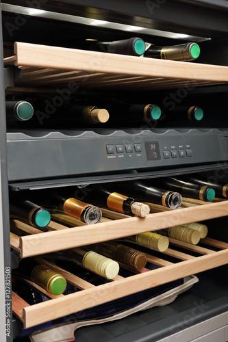 frigo bouteilles de vin bar fotos de archivo e. Black Bedroom Furniture Sets. Home Design Ideas