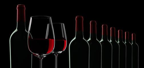 Weingläser und Weinflaschen in Reihe