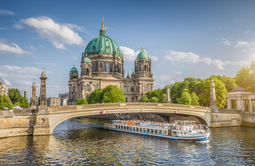 Papiers peints Berlin Berlin Cathedral with ship on Spree river at sunset, Berlin Mitte, Germany