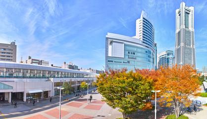 秋の桜木町駅前の風景