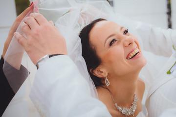 Счастливая смеющаяся невеста