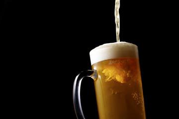 ジョッキにビールを注ぐ Pouring beer into glass