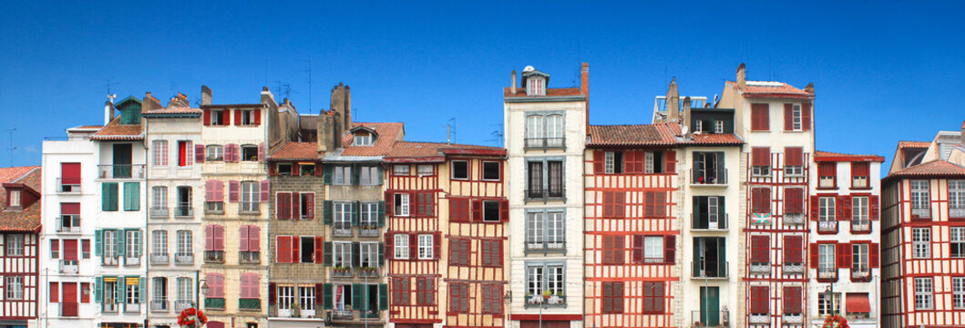 Bayonne : Façades le long de la Nive / Pays Basque - France