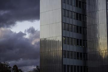 Hochhaus in Düsseldorf an einem bewölkten Tag
