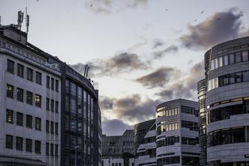 Modern gestaltete Gebäudekomplex in der Düsseldorfer Innenstadt an einem bewölkten Winterabend