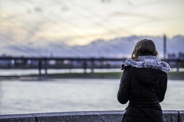 Junge Frau vor der Rheinkniebrücke über den Rhein bei Düsseldorf
