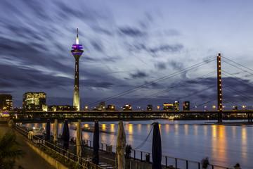 Rheinkniebrücke in Düsseldorf an einem wolkenverhangenen Herbstabend