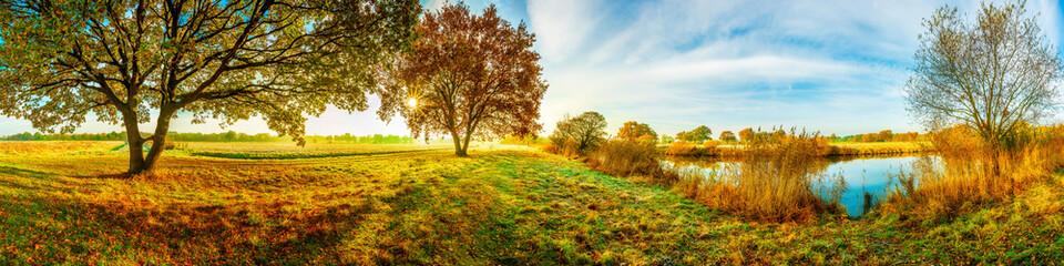 Panorama einer idyllischen Landschaft im Herbst bei Sonnenschein
