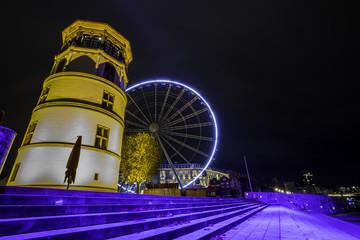 Beleuchtete Rheintreppe am Burgplatz in Düsseldorf bei Nacht