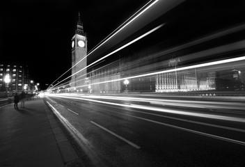 Panorama notturno del centro di Londra con la torre del Big Ben sullo sfondo, lunga esposizione
