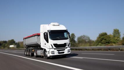 Moderner Muldenkipper unterwegs auf deutscher Autobahn