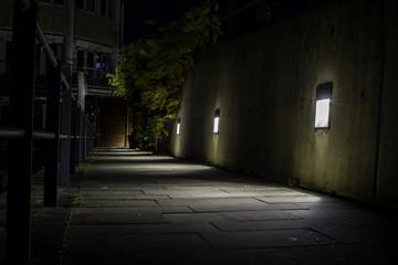 Schmaler Weg am Alten Hafen in Düsseldorf bei Nacht